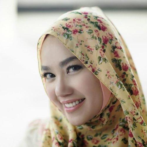 Happy hour 🎶#hijaboutfit #hijab #hijabers #hijabstyle #hijabstreetfashion #hijabfashion #happy #clozetteid #repost #regram #vsco #vscocam