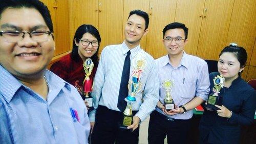 Kegilaan di sore hari 😂😂😂... Ketika menerima piala @sisca_jiang @erbin_c @sonicsizers 🤔🤔🤔... mengenang masa kuliah kurang bahagia kah? 😅😅😅 lol#joke#justkidding...#selfie#selca#wefie#stie#sultanagung#stiesultanagung#pematangsiantar#dosen#mahasiswa#gila#lol#clozette#clozetteid#lifestyle#like#like4like#funniestling