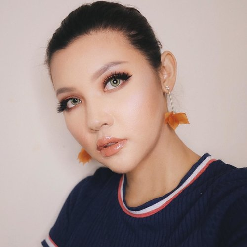 🌟In the mood of orange 🌟 . . 🌟 Maafkan pipi tahu bulat . . 🖤 PRODUCTS USE . . 💋 @toofaced Hangover 3 in 1 💋 @yslbeauty Touche Eclat Blur Primer 💋 @diormakeup Dior Nude Air Foundation 💋 @katvondbeauty Lock it Setting Powder 💋 @nyxcosmetics_indonesia Brow Sculpt and Highlight 💋 @fentybeauty Matchstick - Truffle 💋 @fentybeauty Matchstick - Bamboo 💋 @fentybeauty Matchstick - Unicorn 💋 Beauty Dosage Pressed Glitter 💋 @hudabeauty Rose Gold Palette 💋 @urbandecaycosmetics Primer Potion 💋 @anastasiabeverlyhills Aurora Glow Palette 💋 @maybelline Hyperimpact Liner 💋 @benefitindonesia Roller Lash 💋 @bareminerals Invisible Light Translucent Powder Duo - Glow 💋 @kyliecosmetics Kylie Velvet Liquid Lipstick - Commando 💋 @fentybeauty Universal Gloss Bomb 💋 @nyxcosmetics_indonesia Setting Spray Matte . . . 👀 @kawaigankyu I-Doll Pro Green . . . . . #clozetteid #clozetteambassador #lykeofficial #LYKEambassador #beautynesiaid #nyxcosmetics #beautynesiamember #beautyvlogger  #benefitindonesia #sephoraid #beautybloggers #toofaced #beautygram #love #nyxcosmeticsid #urbandecay #maybellineindonesia #getthelookid #zoeva #fentybeauty #fentyglow #fentyglossbomb #undiscovered_mua @clozetteid @clozetteco @lykeofficial @beautynesiamember @beautynesia.id