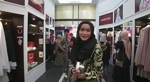 Inilah sedikit keseruan acara Grand Opening Butik Mukena Siti Khadijah di PVJ beberapa waktu lalu.  Mukena Siti Khadijah sendiri merupakan merek mukena premium nomor satu di Malaysia. Kalo kalian pengen tau lebih banyak tentang Brand ini, bisa di follow dulu Official account instagram resmi mereka di @mukenasitikhadijah atau bisa juga baca postingan aku yang nggak hanya membahas tentang acara mereka tetapi aku pun sedikit membahas tentang salah satu produknya. Alhamdulillah, akupun sudah pakai Mukena yang memang super nyaman ini ❤  Buat yang penasaran, bisa klik dsini yaa: www.misskarulina.com/2018/03/Butik-Mukena-Siti-Khadijah.html?m=1  #GrandOpeningSK #Mukena #MukenaSitiKhadijah #MukenaSK #FamilyMukenaSK #SKParisVanJava #BloggerLifeStyle #hijabblogger #hijabbloggerbandung #clozetteid #misskarulinadotcom