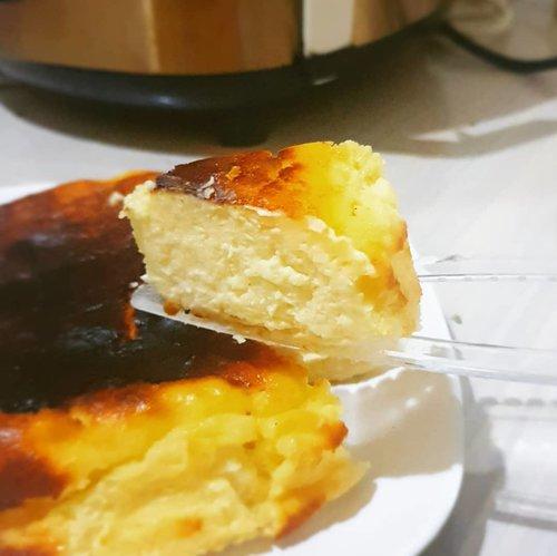SAY CHEESE 😁  Gagal move on dari cheese cake nya @kanabrownie nihh. Suka banget karena rasanya beda dari cheese cake lainnya yg pernah dimakan, yang ini lebih kuat ke asin gurih dibanding rasa manisnya.  Pengen coba bikin sendiri, tapi niat belum ke kumpul sampai sekarang 🤣. Doakan semoga niat terkumpul sebelum tahun baru ya 🤭.  #foodgasm  #cheesecake  #foodgram  #foodies #foodgraphy  #clozetteid  #makandulu