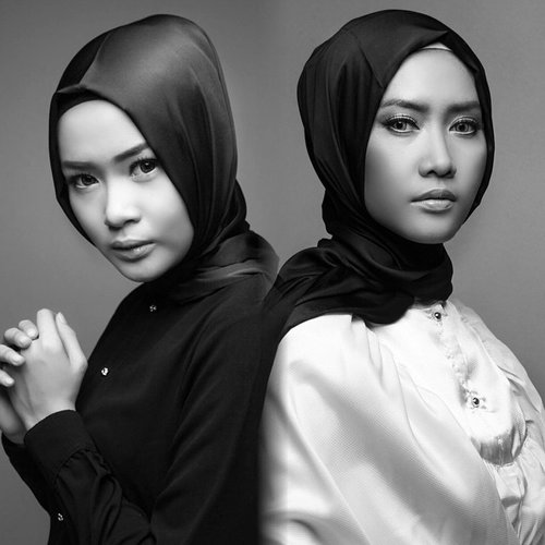 Black & White always looks modern, whatever that word mean. #EastEmpress by @elhasbu with my sister @nuunuelhasbu #ClozetteId || Photo: @udaeki || Make up: @wardahbeauty