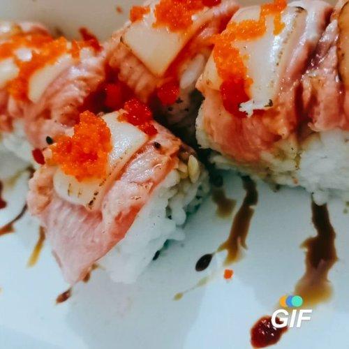 My sophisticated appetite is baaackk 😂🤣 setelah 3 bulan hamil ngidamnya makanan tradisional murah meriah merakyat  barokah,  dan gabisa makan sushi dan creamy pasta akhirnya skrg BISA 😋. Tenang ini salmonnya WELL DONE 🙄. skali2 gapapa lah makan sushi daripada kebayang gabisa tidur. Lagian makan berdua si @azizzhamka Juga 🙄. Tadinya pengen salmon teriyaki rice.. Trus liat sushi roll berubah pikiran. Antara mau beli tapi ngeri nggak ketelen, soalnya sampe semingguan lalu tuh kalo liat sushi jadi bergidik ngeri 😌🙈. Untung kali ini sukses dilahap tuntas 😆 • In frame : - Aburi Salmon Moza Roll - Double Cheesy roll • #ClozetteID #foodie #foodstagram #foodgawker  #kulinerjakarta  #foodporn #foodstagram  #foodgasm #mouthgasm  #food52 #foodtruck #foodpic #jktgo #manualjkt #jakartafoodbang #jktfoodbang  #jktfood  #tasyaeats #foodphotography  #sushi #japanesefood  #foodporn #foodgasm #mouthgasm