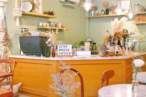 Cozy & homey coffee shop. With lots of flower 🍃🌸🌺🌼🌻🍂🍁🍀🌹. · · #coffeeshop #coffee #flowershop #botanical #botanicalgarden #decor #decoration #homedecorideas #interiordesire #interiordetails #interiorlovers #interiordesign #corner #manualjkt #jktgo #foodie #coffeeshopcorner #masfotokopi #clozetteid