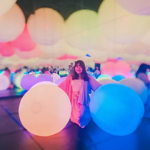 Aku dan balon(atau bola??) kuu 💕😍 #futureparkjakarta #teamlab #teamlabjakarta #art #artexhibition #clozetteid #digitalart #digitalartist
