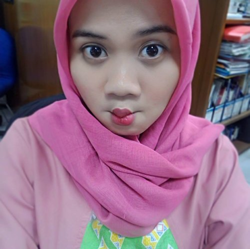 I don't know why i have a lot of clothes in pink. Although i love red [so much] . My simple makeup today with @wardahbeauty . Exclusive no.33 X Longlasting no.12 *So cuties colour gurls* . . #wardahcosmetic #wardahbeauty #makeuphalal #pinky #tgif #likeforlike #clozetteid #makeupholic