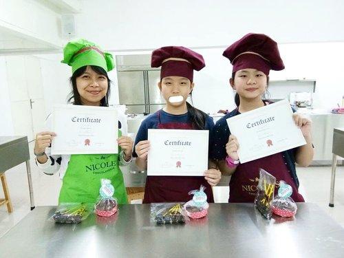 ⭐Cerita Nana⭐Mau pamer sertifikat kalau aku lulus di basic class pembuatan cokelat sama keponakanku. Gak kelihatan ya? Yang penting ada tulisan certificate 😂😂 dan cokelatnya enak ..Cerita lengkapnya ada di blog: http://wp.me/p9tuZO-1R#ceritanana #silvianasantoso #clozetteid #likeforlike #like4like #nicoleskitchen #latepost