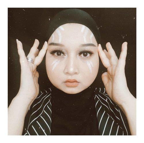 Saat nonton film superhero ini, langsung tercetus ide untuk recreate looknya, karena terasa mudah, modal eyeliner putih aja. Tapi bertahun-tahun berlalu baru sempet recreate sekarang wkwk.Btw ada yang tau ga sih ini gue nyontek look superhero apa? Sejauh ini baru ada 3 orang yang jawab bener saat gue tanya. Susah banget emang ya 🤔..#clozetteid #makeuplover #makeuplook #superherolook