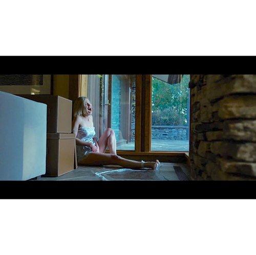 #KicasXMovie Gone Girl (imDb : 8.1/10) Drama, Mystery, Thriller - Pertama kali nonton ini karna racun seorang temen kuliah. Walaupun berawal atas nama rating & ada Mas Ben, malah beneran jatuh cinta sama ceritanya.  Film ini tentang Nick Dunne (@benaffleck) yang bingung karna Istrinya, Amy Dunne (@mspike), tiba-tiba menghilang. Di pagi hari yang cerah, persis di hari 5 tahun anniversary Pernikahan mereka.  Yang bikin Nick makin bingung/pusing, all eyes on him. Apalagi ada tuduhan dari kalau Nick yang bunuh Amy.   Do i love the movie? Of course, i do. Aktor & Aktris yang super! Terasa banget ambience gelapnya, secara cerita maupun visual. Oh yeah, i love anything dark 🖤 Mungkin terdengar lebay, tapi buatku, film ini kayak kasih 'pengalaman tersendiri' setelah nonton pertama kali. Story line-nya? GILA! GILA!! GILA!!! GILA!!!!  Sebenernya kalau ditela'ah lebih jauh, banyak pesan postif dari film ini. Banyak sisi lain yang ku lihat dari Pernikahan. TAPI ENDING-NYA!!! UGH! Rasanya pengen marahin atau Nick Dunne & Amy Dunne. Paling gak, pengen banget ngomong kotor ke mereka 😭😭😭 SPOILER : Pertama, as i said, jangan berharap ada HAPPY ENDING. Kedua, you'ree gonna see Ben Affleck NAKED 😏😏😏  Slide 1 : Amy ON FIRE! Slide 2 : Potongan trailer video Slide 3 : Barang Bukti Slide 4 : Amy menikmati jadi Ibu Rumah Tangga Slide 5 : Moment Nick & Amy pertama ketemu Source - @imdb  • • • #ClozetteID #Movie #MovieReview #mystery #mysterymovie #gonegirl #gonegirlmovie #gonegirledit