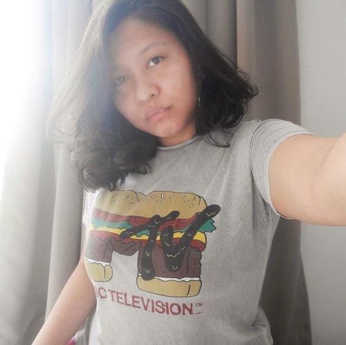 Iya, aku bucin Burger. 🍔 🍔 🍔 T-shirt ini aku dapet di @zarakids Gambarnya lucu. It's BURGER, duh! Pas dicoba MUAT DONG! Hahahaha. Antara sedih sama seneng sih. Tapi seneng aja deh. Kaosnya gemez 🙆🏻♀️😚•••#clozetteid #clothes #tshirt #zara #zaraindonesia #zarakids #zarakidsgirl #burger #burgers #burgerporn #burgertime #burgerlover