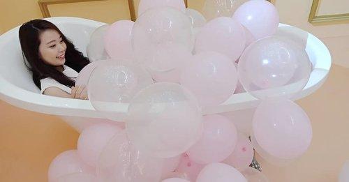 Balloons bath? 😆#tb at #lakme9to5makeupworld at @senayancity! 💖#Lakmegals #alldaynotouchup#bloggermafia