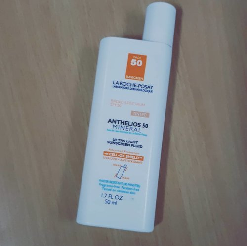 🎀🎀🎀🎀🎀 @larocheposay Anthelios 50 Mineral Ultra Light Sunscreen Fluid Tinted is my favorite sunscreen. It's like YEAY FINALLY I FOUND IT. Love love love it! Suitable for my super duper greasy oily acne prone skin. It absorbs fast and has a matte finish. My cousin bought me this and the untinted one. I love both of them. I use untinted for my doing sport activity or just going outside home for a while (like groceries). Meanwhile, the tinted one, I always bring in my pouch for reapply sunscreen so I don't ruin my make up at the office. I always reapply twice in the mid day and before I go home.  #suncreen #skincareaddicted  #skincarereview #skincareroutine  #skincarehaul #skincare #skincarediary #skincarecommunity #abcommunity #abbeauty #beautycommunity #beautyaddict #beautyobbsessed #beautygram #instabeauty #ribbonskincarereview #beautybloggerindonesia #indobeautygram #indobeautysquad #beautynesia #ClozetteID #bloggermafia