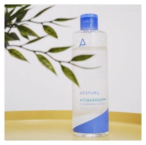 Mini Review: Atobarrier 365 Cleansing Water.Micellar water ini punya kandungan low-irritant sekaligus melembapkan kulit di waktu yang sama. Biasanya cleanser yang ga tepat justru bisa bikin kulit jadi kering, apalagi yang sensitif dan berjerawat. Bagus banget buat hapus makeup harian tp kalo micellar water emg kurang ampuh buat bersihin maskara waterproof.😬 #charis #hicharis #aestura #charisceleb #clozetteid #charisofficial