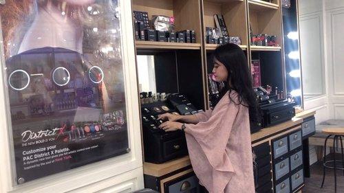 Hai!  Masih inget ga, beberapa waktu lalu aku mampir ke @marthatilaarshop di Kota Kasablanka yang ada di Lantai LG. Produk yang ada di sana ternyata lengkap banget, mulai dari makeup, skincare, hair care, body care, bahkan bisa coba produk makeup dan skin-check juga. Biar kamu juga bisa beli produk yang memang sesuai dengan jenis kulitmu. Di setiap store Marta Tilaar juga ada Professional  Beauty Store Consultant Team yang siap membantu kamu, lho. . Aku juga mencoba produk Studio Coverage Ultra HD Foundation dari @PAC_mt. Coveragenya bagus banget, hasilnya halus alias nyatu banget di wajah, dan terasa ringan saat diaplikasikan. . Thankyou @marthatilaarshop for having me! @MarthaTilaarShop .#MarthaTilaarShop #LoveLocalMTS #BeautyWithoutWorry . #beautyblogger #bloggerjakarta #beautybloggerjakarta #clozetteid