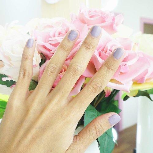 Sekilas kayak kutek biasa. Tapi yang aku pakai dari treatment nails di @dandelionwaxingid adalah kutek Inglot yang bisa menembus air dan udara. Kata orang2 boleh dipakai untuk sholat.. Hasil akhirnya dove/matte gitu. Suka banget sama teksturnya dan hasil akhirnya. Warna ungu keabuan ini juga gemasss! Oh ya, untuk hasil akhir dove ini umumnya tersedia warna2 soft pastel aja ya. . . . #clozetteid #nails #beauty #beautyblogger #salonjakarta #nailart #bloggerjakarta #dandelionwaxing