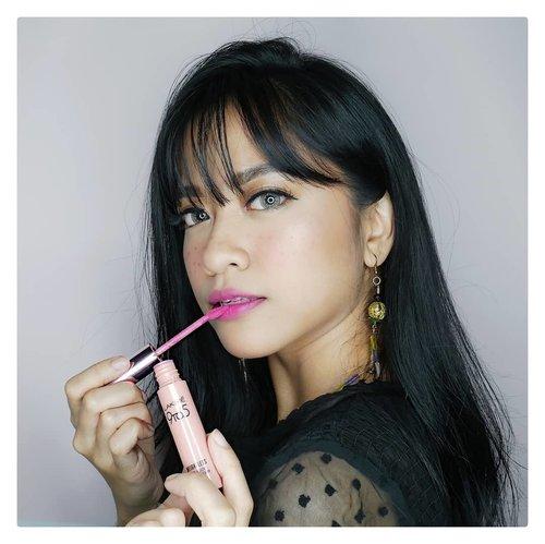 It's summer!Meski Indonesia cuma punya 2 musim, ga ada salahnya kan ikutan tren makeup musim panas yang colorfull? Aku sih lagi suka pakai lipstik yang vivid, pop, dan bright kayak #lakme9to5 Weightless Matte Mousse Lip & Cheek Color Fuschia Suede! #summerbrightvibes #stylingtrendsetters #instantglam.#clozetteid