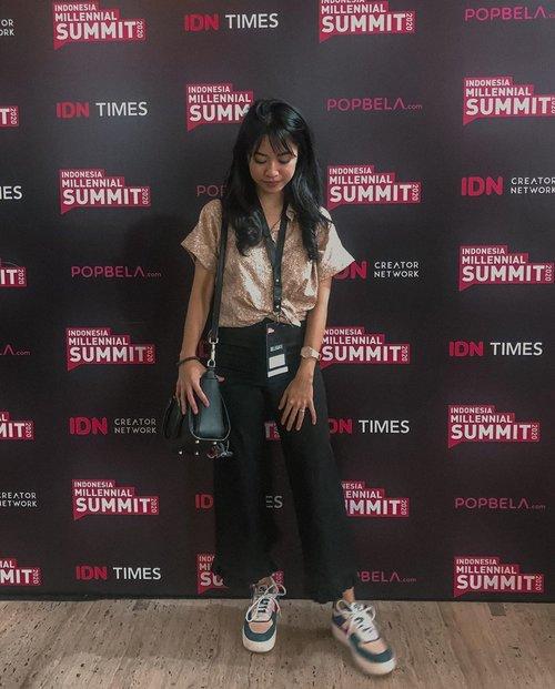 "Ada yang paling gue inget dari @marchellafp saat di @indonesia.millennial.summit Jumat lalu. . Gimana caranya biar kak Marchella ke depannya mempertahankan eksistensi dan karyanya tetap menjadi sesuatu yang orisinil?  Inti dari jawabannya: ""dengan menjadi diri sendiri dan tidak perlu berusaha terlalu keras untuk menjadi/ menciptakan sesuatu yang orisinil. Karena jika terlalu berusaha malah membuat kita tidak bisa menjadi diri sendiri"". . #indonesiamillenialsummit . #clozetteid"