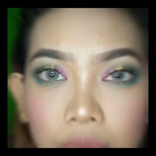 #7D7V #7D7VDay3 - Rainbow Eye Using Eyeliners Tutorial Anyway yes this is literally Green Screen.. Aku ga edit green screen nya jadi masih polosan, karena Jude bodoh, lupa malah pake eyeliner ijo 😂 Jadi ketika w edit green screen ya mata w bolong guys wkwk makanya aku ga edit akhirnya pure pake green screen aja.. Maklumi ya namanya juga amatir haha.. Anyway disini aku sotoy aja bikin Rainbow Eye Makeup pake Eyeliners.. Aku bukan orang yg demen eye makeup sebenernya, jadi kalo salah, atau ga well blended, atau gimana gimana jangan ngomel ya wkwk kalo mau eyeshadow tutorial yg bener cek @aro_kopa aja noh, da aku mah apa atuh pake elener mata ga kecolok aja udah syukur haha.. Jadi disini pertama aku pake @mizzucosmetics Chrome Eyeliner Gel - Iconic Pink di bagian 1/3 dalam mata aku trus aku blend aja pake jari dan juga blending brush dari @armandocarusoid.. And then di eyelid bagian tengah aku pake @mizzucosmetics Chrome Eyeliner Gel - Sparkling Gold dan di blend ofcourse.. Di outer corner aku pake @NYXcosmetics_indonesia Slide On Pencil Tropical Green trus aku blend lagi dan disini aku sambil tarik ke depan dan blend di bagian crease supaya si ijo nya ngikut jadi warna transisi (harapannya sih gitu.. Tapi ya namanya hidup kadang suka ga sesuai harapan).. Terakhir aku pake @makeoverid Eyeliner Pencil Navy Blue buat di bawah mata supaya eyelid atas dan bawah seimbang layaknya kehidupan ini kudu seimbang.. . . . . . . . . . #Beautiesquad #beautilosophy #Clozetteid #Beforeafter #bvloggerid #beautynesiamember #muajakarta #indobeautygram #instabeauty  #tutorialmakeup #eotd #eyeliner #eyeliners #eyeshadowtutorial #mizzucosmetics #nyxcosmetics #NYXCOSMETICSID #makeoverid #rainbow #rainboweyes #rainbowmakeup #anastasiabeverlyhills #hudabeauty #wakeupandmakeup #maquiagem #makeupartistsworldwide #universodamaquiagem_oficial #brian_champagne