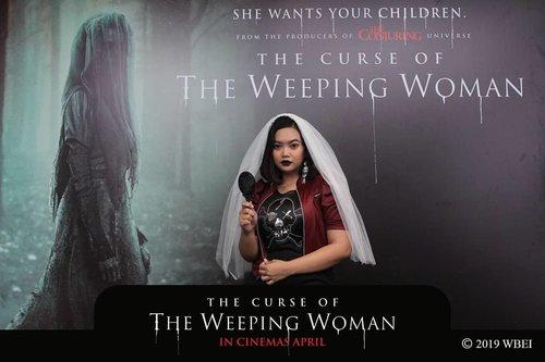 """Caption nya: """"ngaca dulu sebelum ngomongin orang"""".Gadeng wkwk tp itu gue emang lagi megang cermin, jaga jaga takut ada La Llorona dateng, ntar tau2 kaca pecah lagi wkwk 🙈..So hari ini aku dateng ke movie screening The Curse of La Llorona (The Weeping Woman). La Llorona merupakan salah satu folklore dari Amerika Latin yang dalam bahasa Spanyol La Llorona itu artinya wanita yang menangis. Film ini merupakan besutan James Wan dan termasuk ke dalam The Conjuring Universe...Nah kalo kalian suka nonton The Conjuring, Insidious pasti udah tau deh sense nya James Wan kalo bikin filming tuh ritme nya sama. Tentang menyelamatkan keluarga, trus ngelawan pake priest atau orang pintar lah, trus sound effect nya juga literally hening trus tau2 jump scare. Juara sih jump scare nya, tp ya familiar macem Valak gitu yang tiba2 muncul nyamperin dan mau nyekik.. ..Honestly gue biasa aja sama film2 James Wan sebelumnya, kayak conjuring sama insidious itu tuh ya bagus tapi ga spesial buat gue. Nah kalo La Llorona ini gue beneran enjoy dan bahkan beberapa kali salut sambil senyum2 sendiri & geleng2 kepala karena menurut gue keren filmnya...Alur nya jelas dan konsep nya jelas kenapa dia begini kenapa dia begitu. Suka nih gue yang ngasih kejelasan, ga gantungin gitu aja wkwk. Intinya La Llorona ini seorang wanita yg menangis karena kehilangan anaknya dan akhirnya mencari anak2 yang bisa  diculik dan dijadikan hak milik dia..Gue pen cerita lebih lanjut tp takut spoiler, jadi mending kelyan nonton sendiri aja karena mulai tanggal 17 April The Curse of La Llorona udah tayang di seluruh bioskop Indonesia.....#TheWeepingWomanID #ClozetteID #lallorona #jameswan #horror #review #moviereview #horrormovies"""