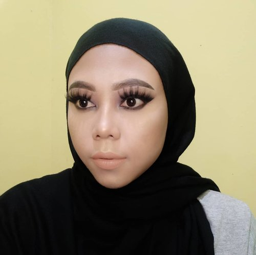 Tiba-tiba pengen bikin make up look kayak gini. Tatap mata ojan 😁.Product used:@purbasarimakeupid Ultra Smooth Brow Liner - Soft Black@maybelline Baby Skin Pore Eraser@focallure concealer 01@maybelline Super Stay 103@maybelline Fit Me Matte+Poreless 220@purbasarimakeupid 3 in 1 Face Contour Kit@marckscosmeticind Creme@lorealindonesia Infallible Pro Matte Liquid Lipstick Les Chocolats 844@focallure Everchanging Eyeshadow Palette@imagicofficial.id 35 Color Eyeshadow Palette@mineralbotanica Highlight and Contour.#ClozetteID #clozette #titahsanjana #maybelline #maybellineindonesia #loreal #lorealindonesia #imagic #purbasari #purbasariindonesia #focallure #focallureindonesia #beautygoersid #beautynesiablog #beautyblogger #beautybloggerindonesia #beauty #beautybloggers #beautyinfluencer #jbbfeatured #kbbvfeatured #boldmakeup #mineralbotanica