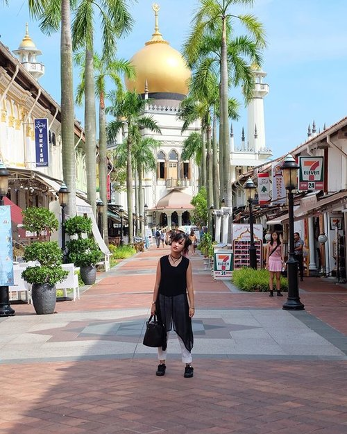 Look at the pinky girl over there! Looks like we're both taking pictures together 😂  #clozetteid #beautynesiaid #beautynesiamember #gogogotravel #black #white #indotravellers #indonesiablogger #ootd #ootdindonesia #lookbook #lookbookindonesiainspired #lookbookindonesia #adidassuperstar #fujifilmxa2 #singapore #singaporetrip #ootdsg #lookbooksg #gothicstyle