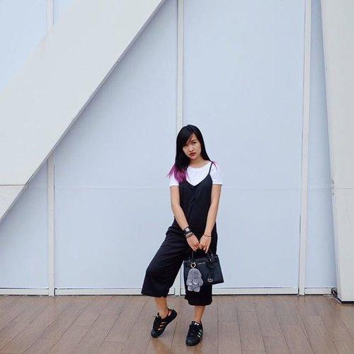 🖤🖤🖤 #clozetteid #beautynesiaid #beautynesiamember #gogogotravel #black #white #indotravellers #indonesiablogger #ootd #ootdindonesia #lookbook #lookbookindonesiainspired #lookbookindonesia #adidas #adidassuperstar #adidaswomen