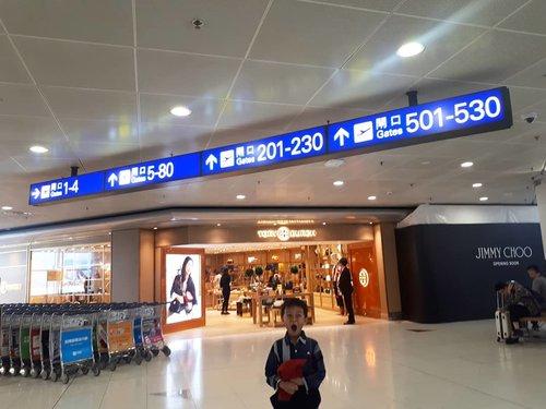 `Gavin kaget karna........?..Baru tau gate di HKIA bisa sampe 500-an... untung kita ga dapet gate ke 500 ya 😂 #latepost pas mampir transit Beijing-Hongkong-Jakarta,Kata mba @fanny_dcatqueen emang airportnya gede bangeet.. jadi bener sampe segitu banyak ya gatenya ☺😎😍✈ #hkia#hongkongairlines#travel#aviation#airport#hongkong#clozetteid