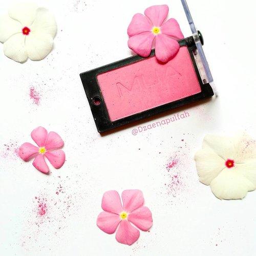 Siapa yang suka warna white and pink?🙋..Powder blush by MUA Makeup Academy shade Marshmallow .Perdana ikutan photo collab @atomcarbonblogger 😆..Ikutan juga yuk girls @meilyameimei @sabiila_y @hazzakyah ...#kbbvphotocollab #kbbvpc4#clozetteid @clozetteid