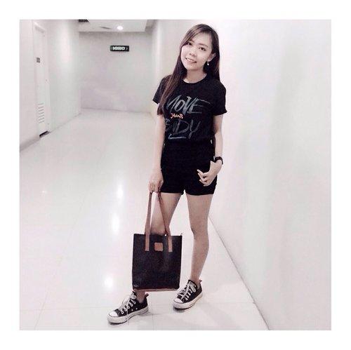 anak kecil main ke mall dulu  #clozetteid #ootd #beautygoersootd #potd #monochromestyle #beautybloggerindonesia #photooftheday #bloggerstyle #style