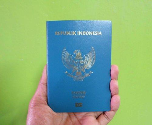 Kalian sudah punya passport?Setiap warga negara harus memiliki passport sebagai syarat wajib untuk bisa masuk ke suatu negara, baik untuk urusan jalan-jalan, perjalanan dinas maupun melanjutkan studi.Passport menjadi tanda masuk dan keluar seseorang dari negara yang akan dikunjungi ataupun negara yang ditinggalkan. Passport akan diperiksa mulai dari bandara keberangkatan dan kedatangan.Passport sendiri ada 2 jenis yakni passport biasa dan passport elektronik (e-passport). Keduanya memiliki perbedaan, jika passport biasa bisa dibuat di semua kantor imigrasi, untuk passport elekronik hanya bisa dibuat di kantorimigrasi kelas satu.Pilih Passport Biasa atau E-Passport? Sebenarnya passport biasa tetap bisa digunakan untuk masuk ke suatu negara. Hanya saja ada banyak keuntungan yang bisa didapatkan bagi pemilike-passport.Meski untuk membuat e-passportjauh lebih mahal dibandingkan passport biasa dan harus dibuat di kantorimigrasi kelas satu. Proses pembuatan e–passport dilakukan dengan teknologi lebih tinggi karena memilikichipberbasis biometrik. Selain itu beberapa keuntungan lainnya seperti :1. Bebas visa keJepang selama 15 hari (sebelumnya harus melapor ke Kedutaan Besar Jepang untuk mendapatkan visawaiver).2. Bisa melewatiautogateimigrasi berbagaiairport,sehinggatidak perlu antri di imigrasi.3. Teknologichipberbasis biometrik membuat e-passport lebih aman dan sulit dipalsukan.Bagaimana cara membuat e-passport klik link di bio ya http://suzannita.com/e-passport-bagaimana-cara-membuatnya/ ......#Paspor#Passport#Epassport#IndonesianPassport#PassportIndonesia#PasporIndonesia#Clozetteid#Blogger#Bloggerstyle#Bloggerlife#BloggerPerempuan#BloggerPalembang#Bloggerswanted
