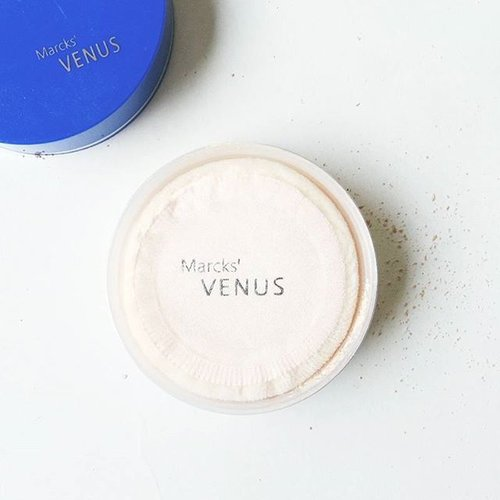 Kamu tim compact powder, two way cake, atau loose powder? Kalau kamu penggemar loose powder, mungkin kamu bakalan butuh ngoleksi loose powder satu ini dari @venuscosmeticind 😍  Baca review lengkapnya di blogku, ya. Link di bio~  #bloggerreview #tribepost #bdgbbxvenuscosmetics #loosepowder #settingpowder #clozetteid #flatlay #venuscosmetics #shasbeautyjourney