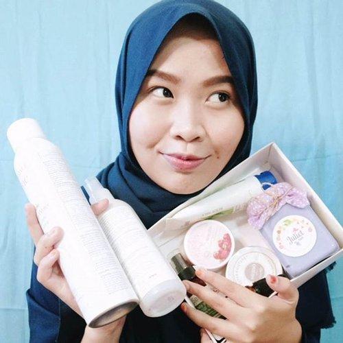 Welcome to Ramadan 2018 yang akhirnya barengan sama musim panas lagi!🌞🌞🌞Meskipun Bandung ga sepanas Jakarta, matahari tetep matahari yanng bikin kulit lebih cepet kering. Aku punya SEPULUH rekomendasi pelembap untuk Ramadan 2018 ini: lengkap untuk dipakai di bibir sampai di rambut! Baca lengkapnya di blogku, ya! Link di bio💖 ..@kbbvbyacb #kbbvmember #kbbvbeautypost #clozetteid #beauty #ramadan2018 #ramadankareem #pelembap #bbloggers #skincare #moisturizers #ramadanmubarak