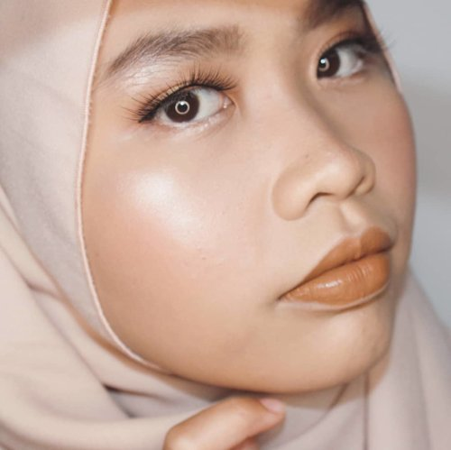 It's not this flawless in real life 🤪Face: ▶️#Maybelline Fit Me Matte and Poreless in 128 Warm Nude▶️L'Oreal True Match Concealer in N3 ▶️Make Over Multifix Matte Blusher in 04 Peach Flash▶️Marcks Venus Two Way Cake in 01 Translucent▶️#ESQAxBCL Her Everyday Palette (Blush and Contour) ▶️ #Makeoverid Riche Glow Highlighter Eyes and Brows: ▶️@makeoverid Brow Definition Kit ▶️#BeautyCreationsElsa Palette▶️Make Over Hyperstay Liner ▶️#Artisanpro Eyelashes ▶️#NYX Jumbo Eye Pencil in Milk Lips: ▶️@getthelookid Infalible Pro Matte Liquid Lipstick in 860 Ginger Bomb#clozetteid #beautyandfashion #undiscovered_mua #tribepost #bbloggers #tipscantik #hasilmakeup #belajarmakeup #makeuplook #hijabimakeup #kbbvmember #beautiesquad #fallmakeup #brownmakeup