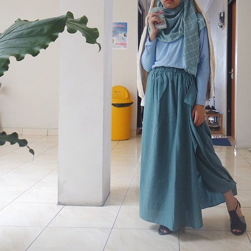 I have this resting biatch face and that is an advantage. I can keep it resting so you have no idea in which way my heart blooms when you smile at me. And when our eyes meet. Coincidentally. 👀 #clozetteid #ootd #hijabootd #hijabi #iwearup #weloveup #shasoutfit