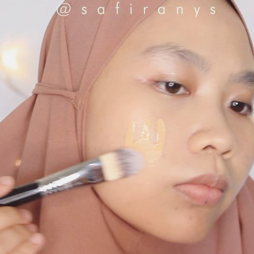 Complexion Anti Geser ✨⁣ ⁣ Buat temen-temen yang punya acara besar di tengah pandemi gini, aku rekomendasiin makeup complexion seperti ini. Nggak akan nempel ke masker ketika masker dibuka 🥰⁣ ⁣ ⚡️@makeoverid Powerstay Mattifying Primer⁣ ⚡️@nyxcosmetics_indonesia Total Control Drop Foundation in Honey Beige⁣ ⚡️ @getthelookid Infallible Full Wear Concealer in 307 Cashmere⁣ ⚡️ #makeoverid Powerstay Matte Powder Foundation in W22⁣ ⚡️#MaybellineFitMe Blush in 40 Peach ⁣ ⚡️ #MaybellineIndonesia Master Chrose Highlighter in 050 Molten Rose Gold ⁣ ⁣ 🎵: It's You by @gfriendofficial⁣ 📸: Canon 600D⁣ 🎬: FCPX ⁣ ⁣ @cchannel_beauty_id #cchannelbeautyid #cchannelfellas #clozetteid #sociollabloggernetwork #bandungbeautyvlogger @bandungbeautyvlogger @sociolla @beautyjournal #makeupnewnormal #newnormalmakeup #complexionmakeup #1minutemakeup #bbloggers #aestheticvideos #tiktokbeauty #tiktokmakeup ⁣