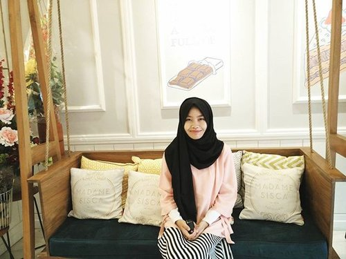 This place is just too good to miss. Mau lihat sebagus apa dalemnya? Intip di www.safiranys.blogspot.co.id ya! Link di bio~ ✨ Thanks to @wardahbeauty for giving me a chance to explore this cute place! 💕 #ClozetteId #Hijab #Casual #updateblog #madamesisca #madamesiscatheeatery #madamesiscapatisserie  #beautyandfashion #bandungculinary #cozyplace