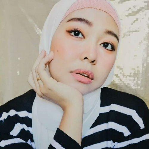 First video tutorial 😆 Simple Pinkish Makeup Look  Makeup deets : -@charis_celeb Fixsense Mist for base makeup -@pixycosmetics Concealing Base -@pixycosmetics BB Cream shade Ochre -@maybelline Fashion Brow -@poppydharsonocosmetics Blush on as eyeshadow -@indonesia_etudehouse Pencil Liner @pixycosmetics Matte In Love Lipstick for blush on and lips  #clozetteid #motd #makeuptutorial #tipscantik #beautybloggerindonesia #beautysquadindo #tutorial #minivideo #kbbvfeatured #beautychannelid #bloggerperempuan #beautynesiablogger #tampilcantik #bloggirlsid