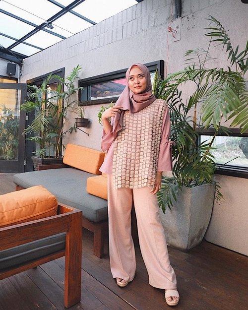 Outfit hari ini adalah outfit bikinan sendiri. Terharu! Akhirnya keinginan bikin koleksi modest wear terwujud💛 ditunggu foto2 koleksinya geng! #vsco #vscocam #ootd #hijabootd #clozetteid