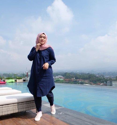 Ketika Aku Rindu Liburan... Biasanya sih mandangin poto2 liburan, bahkan nih ya saking rindunya liburan posting deh poto liburan di instagram kayak gini lah. 😅😆 Kudu sabar beb, ada saatnya buat liburan. Ketika saatnya datang, pasti nikmat *nyenengin diri sendiri* #clozetteid #stylediary #andiyaniachmad #hijabtravellers #hijabstyle #lifestyleblogger #socialmediaqueen #kamismanis #kangenliburan