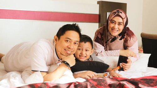 "Kalo sama-sama nyengir begini, #DarellAdhibrata mirip bapake atau ibuke beb? 😁  Lantas mau nyanyik, ""harta yang paling berharga adalah keluarga"" lanjuuttt 😅  #canonm10indonesia #canoneosm10 #andiyaniachmad #familyphotography #clozetteid #lovethem #familytilljannah"