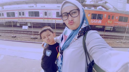 BunDar : Bunda & Darell ngebolang ke Tangerang naik #commuterline @krlcommuterline. Seruu banget. Padahal ini kali pertamanya kami keretaan berduaan aja. Dan yang bikin bangga, gak nyasar dong 😆😅 achievement luarbiasa tuh seorang aie kagak nyasar 😁#clozetteid #darelladhibrata #momandson #instamoods #tuesdaymood #darelladhibrata #jalanjalan #naikkereta #ngebolang