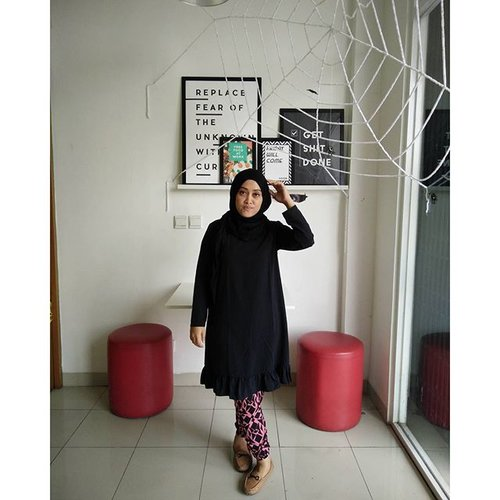 My-oh no!-not-ready-pose  #ootd ✌😅 Tops by @annerdh_project Pants by @talullah_fashionlook Shawl by @heaven_lights #theoffice #ahensilife #hijab #style #andiyanipics #socialmedia #socialmediamarketing #fashion #stylediary #bouncheid #clozetteid #chictopia #looks #bloggers