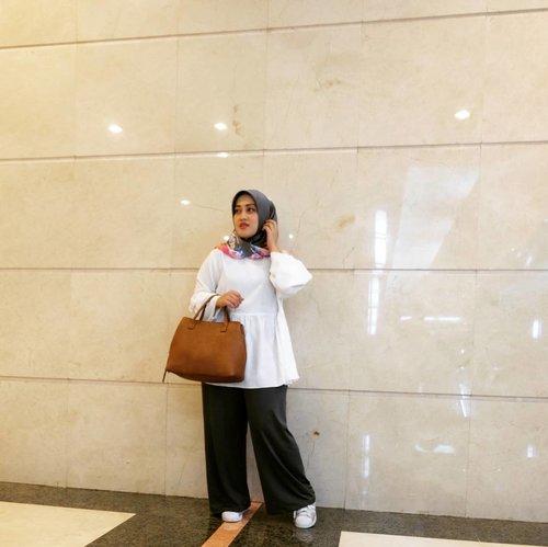 Sesekali mencoba hal yang baru, seperti memadukan baby doll dan kulot ini ternyata nggak hanya bikin kece dan fashionable namun juga bikin penampilan aku lebih fresh 💕💃😍 Tak hanya itu, pemilihan warna baju yang dipakai juga memberikan efek clean dan elegant at the same time 💋 • • 📷 @nianastiti  #andiyanipics #andiyanistyle #clozetteid #fashiontips #hijabstyle #hijabfashion #stylediary #lifestyleblogger #ootd