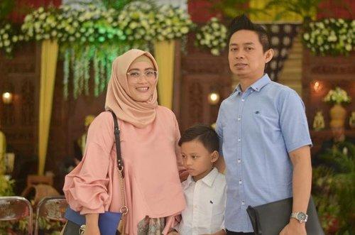 Foto keluarga ini dipersembahkan oleh #lisnamotret 😍😘🤗 tapi sayangnya si anak bujang enggak mau liat ke depan. Lagi pura2 cuek doi 😅 📷 @lisna_dwi  #clozetteid #kondanganstyle #kondanganoutfit #kondanganootd #familyphotography #NAH #NiaAryoKawin #NiaAryoHalal #bridestoryxraisahamish #BAE #lifestyleblogger #socialmediamom #mommyblogger