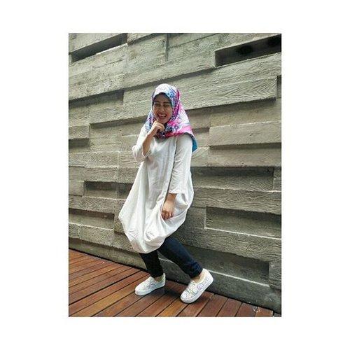 Nggak ngerti kenapa kok ya girang banget ya? ✌😂 📷 @swastika_anggi #takenbyoppo #oppor7s  #ootd #hijabootdindo #clozetteid #clozettehijab #mylifeasblogger #fashionblogger #laughing #liveinthemoment #hijabstyle #lifeofablogger #saturdayvibes #whitemood #lifestyleblogger