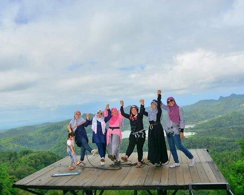 Kala itu, indaahh banget yaaa 😆 kapan dah liburan together again? #clozetteid #bloggerhoreey #jalanjalan #kalibiru #kulonprogo #jogyatrip #friend ship #pertemananyangpentingpotopoto #hijabtraveller