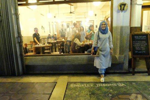 Kedai Tjikini di Jl. Cikini No. 17 Jakarta Pusat ini cocok banget buat kamu yang favoritnya makanan Indonesia. Tempatnya sangat nyaman, begitu makanannya.  Tersedia juga smooking room untuk para smooker. Dan, ada musholla di sini. Walaupun sangat kecil, tapi lumayanlah.  Untuk rasa makanan, pelayanan dan design kedai ini aku kasih 7 out 10. • •  Oia, hari ini aku pakai tunik dari @gierly_bygie, shawl dari @raiaofficial @raiaofficial dan slip on dari @dncshoes_bdg  #kedaitjikini #lifestyleblogger #foodporn #foodgasm #jakartakuliner #kulinerasik #doyanjajan #stylediary #instafood #foodie #recommendedplace #clozetteid #ootdph #wiwtd