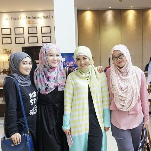 Seneng banget bisa kenal sama blogger2 ketjeh ini, selalu ada ilmu baru yang didapat di tiap pertemuan. ••• Women is empowering each other not competing each other.#ihblogger #bloggers #bloggerperempuanindonesia #stylebloggers #inspiration #womenempoweringwomen #stylediary #andiyanipics #bassuracity #socialmediaenthusiasts #favoritepersonintheworld #hijabersindonesia #clozetteid