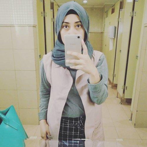 Ketika kaca segede gaban di toilet-toilet mall dimanfaatin buat #mirrorselfie hanya dengan alasan, baju yang dipake lumayan lah buat dipamerin 😁 #alaypadawaktunya #clozetteid #andiyaniachmad #lifestyleblogger #pernahalay #kasiangakadayangmotoin #hijabstyle #mondaymood