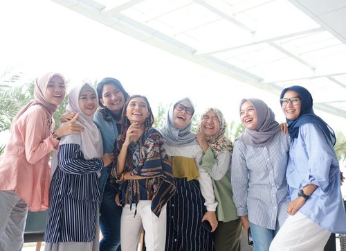 "Buibuk dan anak gadis gemets #kartinimasakini yang selalu happy 💕🤗 ""The world needs strong women. Women who will lift and build others, who will love and be loved. Women who live bravely, both tender and fierce. Women of indomitable will.""– Amy Tenney#clozetteid #PesonaXMOM #influencerstyle #womenempowerment #lifestyleblogger #sundayvibes #inspiringwomen #kartiniday"